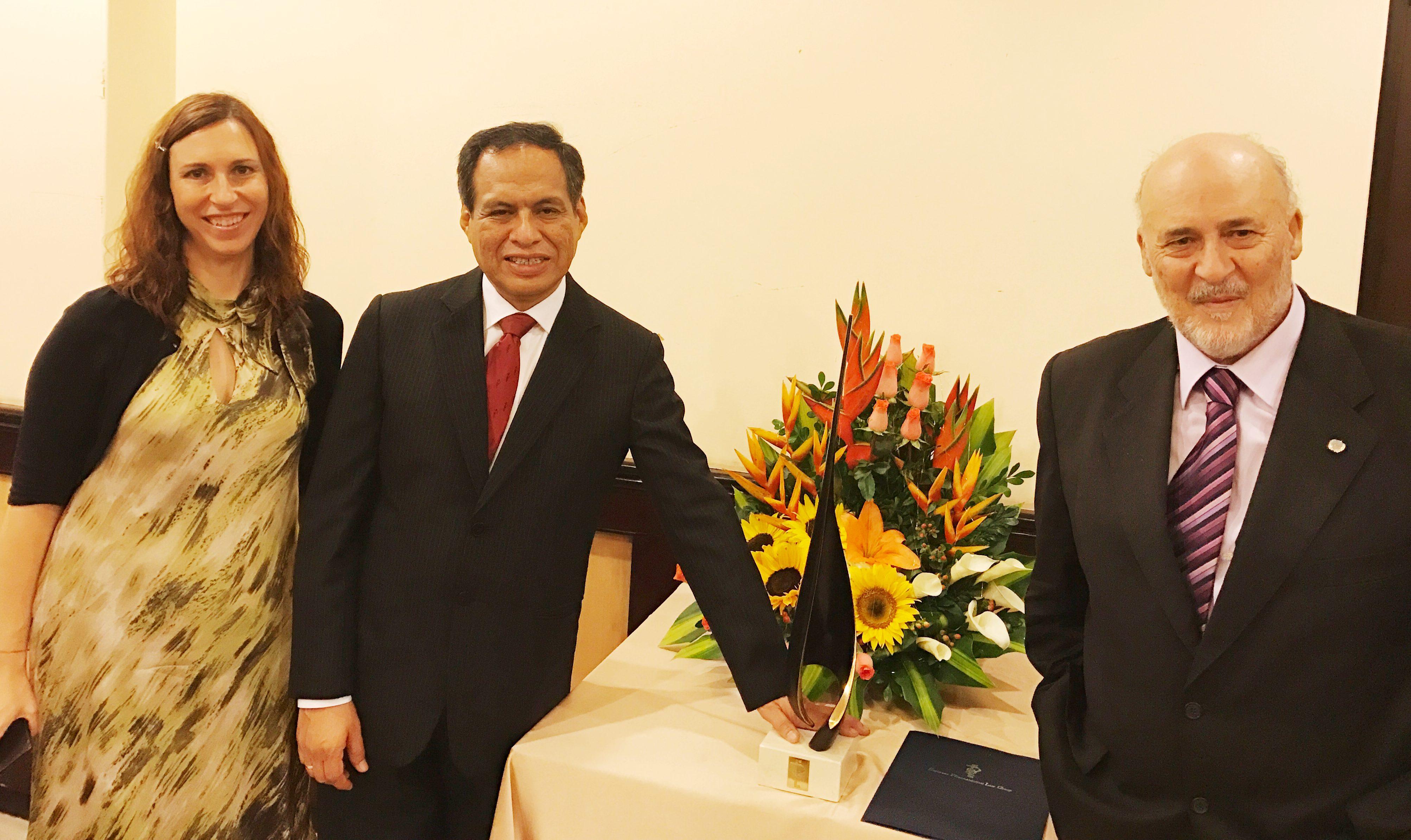 El presidente de Eupharlaw y del Foro Ibercisalud, y su directora, junto al premiado